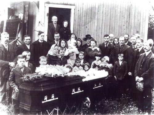 Funeral held in the #2 Mines area (October 1920).