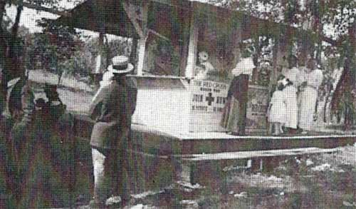 A booth promoting the Red Cross in Heilwood Park (1917).
